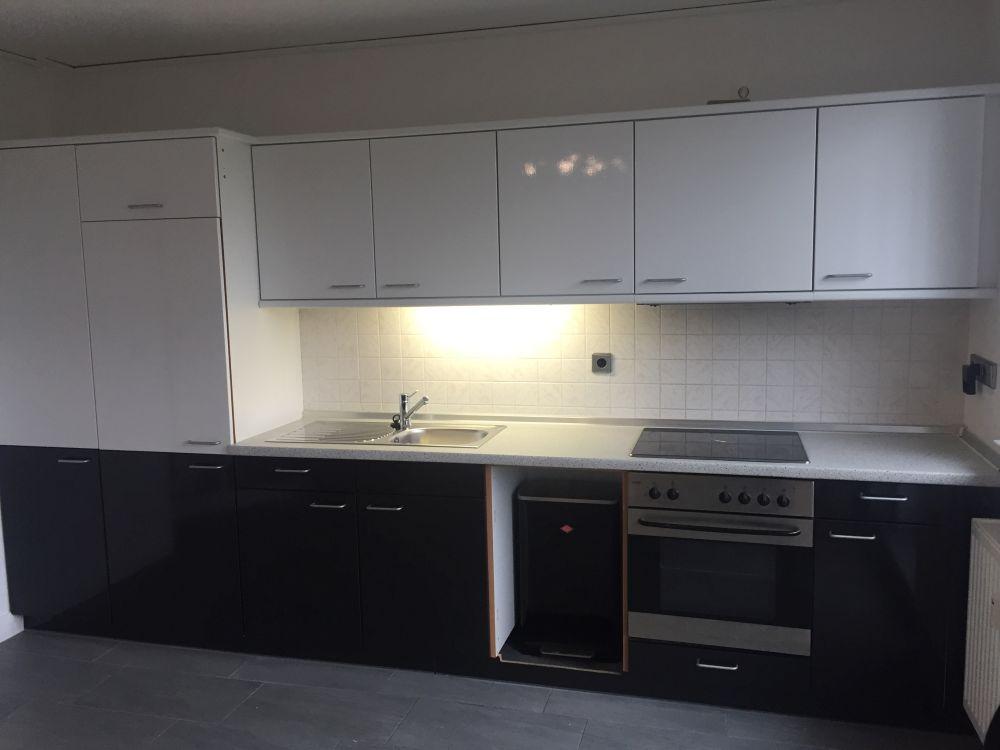 Küche mit weißer Spezialfolie renoviert, sieht nun wieder wie neu aus