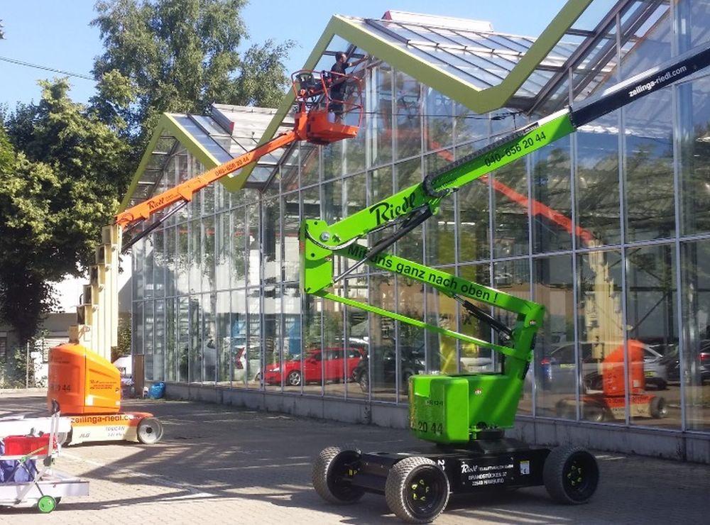 Bekleben von Gewerbe-Glasflächen mit Folie gegen Wärme und Lichteinstrahlung